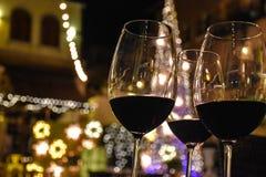 Un verre de vin rouge la nuit images stock