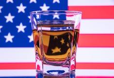 Un verre de vodka et un verre d'eau-de-vie fine, de whiskey ou de bourbon sur un blanc ou un fond coloré Image stock