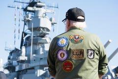Un veterano no identificado observando un acorazado imagenes de archivo