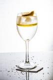 Un vetro con acqua, ghiaccio ed il limone Immagine Stock Libera da Diritti