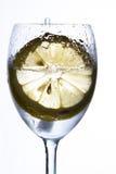 Un vetro con acqua, ghiaccio ed il limone Fotografie Stock Libere da Diritti