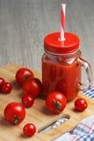 Un vetro con il succo di pomodoro fotografia stock