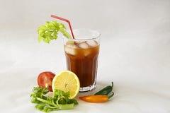 Un vetro con un cocktail Fotografie Stock Libere da Diritti
