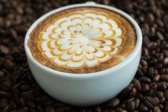 Un vetro del caffè caldo di arte del latte Immagini Stock