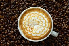 Un vetro del caffè caldo di arte del latte Fotografie Stock Libere da Diritti