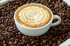 Un vetro del caffè caldo di arte del latte Fotografia Stock Libera da Diritti