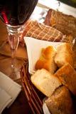 Un vetro del primo piano del vino, del pane e del salame Immagine Stock Libera da Diritti