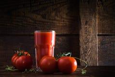 Un vetro del succo di pomodoro fotografia stock libera da diritti