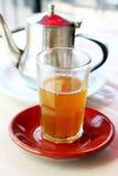 Un vetro del tè marocchino della menta Fotografia Stock Libera da Diritti