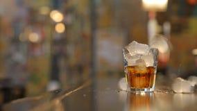 In un vetro delle cadute di ghiaccio video d archivio