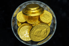 Un vetro delle monete di oro Immagini Stock Libere da Diritti