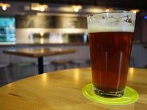 Un vetro di birra e di un hamburger Bello ed alimento delizioso, birra spumosa in un vetro particolari fotografia stock libera da diritti