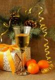 Un vetro di champagne e del presente per il nuovo anno Immagini Stock