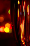 Un vetro di champagne sulla priorità bassa degli indicatori luminosi Immagine Stock