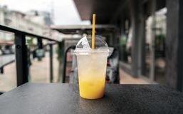 Un vetro di limonata fresca, fresco Foto di succo con un ghiaccio contro un backdoor della città Immagini Stock