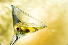 Un vetro di martini con le olive Fotografie Stock Libere da Diritti