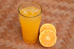 Un vetro di succo d'arancia e dell'arancia Fotografie Stock Libere da Diritti