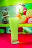 Un vetro di succo misto nel flaber naturale immagini stock