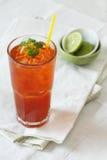 Un vetro di tè decorato con calce fresca Fotografie Stock Libere da Diritti