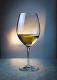 Un vetro di vino bianco Fotografia Stock
