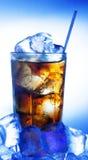 Un vetro fresco di cola con ghiaccio Fotografie Stock Libere da Diritti