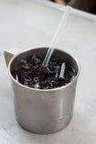Un vetro inossidabile di cola e di ghiaccio Fotografia Stock