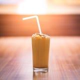 Un vetro pieno della scossa raffreddata del latte al cioccolato Fotografie Stock Libere da Diritti