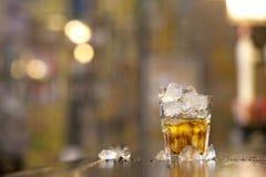 Un vetro pieno di ghiaccio con una bevanda Fotografie Stock
