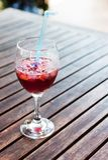 Un vetro pieno a metà di vetro di sangria e di ghiaccio. Fotografie Stock