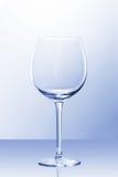Un vetro vuoto del vino rosso alla luce leggermente blu Fotografia Stock Libera da Diritti