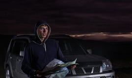 Un viaggiatore con una mappa su SUV Fotografie Stock Libere da Diritti
