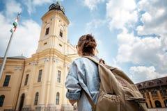 Un viaggiatore della giovane donna che visita le viste in un acro di viaggio di estate fotografia stock