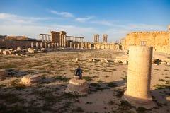 Un viaggiatore guarda fisso alle rovine antiche di Palmira, Siria fotografia stock libera da diritti