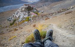Un viaggiatore solo con le scarpe di trekking con il monastero chiave nei precedenti Immagini Stock Libere da Diritti