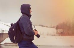 Un viaggiatore sui precedenti del paesaggio di inverno Fotografia Stock