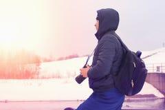 Un viaggiatore sui precedenti del paesaggio di inverno Immagine Stock Libera da Diritti
