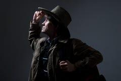 Un viaggiatore in un cappello che guarda al lato ed alla cima Fotografia Stock Libera da Diritti