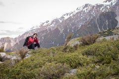 Un viaggiatore, uomo del fotografo che prende foto sulla montagna, neve fotografie stock