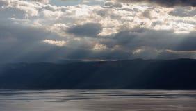 Un viaggio al lago nelle montagne Fotografia Stock