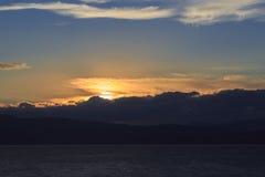 Un viaggio al lago nelle montagne Immagini Stock