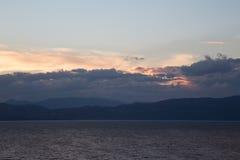 Un viaggio al lago nelle montagne Immagini Stock Libere da Diritti