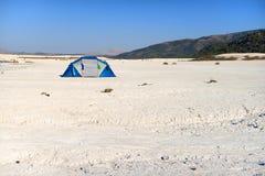 Un viaggio di sola andata al deserto con una tenda Immagine Stock Libera da Diritti