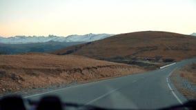Un viaje en el camino de la montaña almacen de video