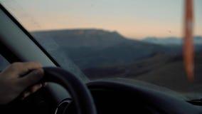 Un viaje en el camino de la montaña almacen de metraje de vídeo