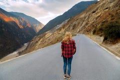 Un viajero de la mujer está caminando a lo largo del camino Fotografía de archivo libre de regalías