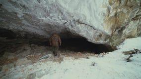 Un viajero inscribe la cueva en invierno almacen de video