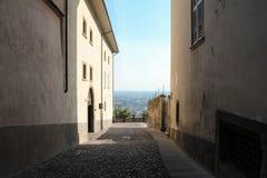Un viale di vecchia città sulle colline immagine stock libera da diritti