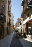 Un vicolo a Figueres con il caffè all'aperto Fotografia Stock Libera da Diritti