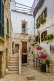 Un vicolo in Polignano una giumenta, Puglia, Italia Fotografia Stock