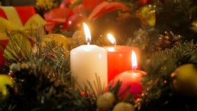 Un video del primo piano 4k di tre candele brucianti sulla notte di Natale stock footage